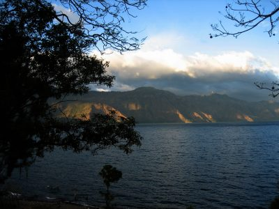 Lysets spil over Atitlán